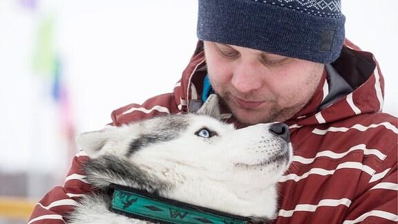 Ein Mann mit einem Husky.