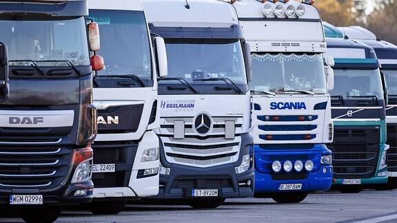 Internationale Lkws stehen auf einem Autobahn-Rastplatz
