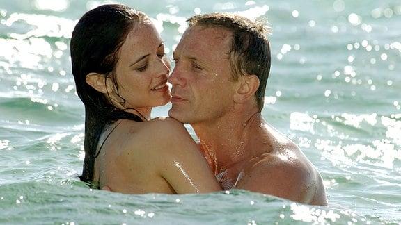 """James Bond (Daniel Craig) und Vesper Lynd (Eva Green) kommen sich im neuen Kinofilm """"Casino Royal"""" näher (undatierte Filmszene)."""