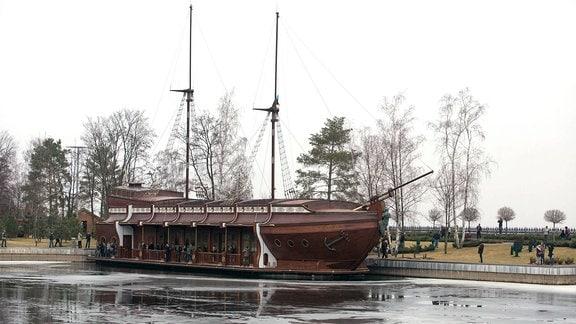 Ein Schiff.