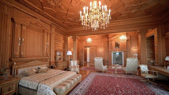 Schlafzimmer in der Villa Meschyhirja.