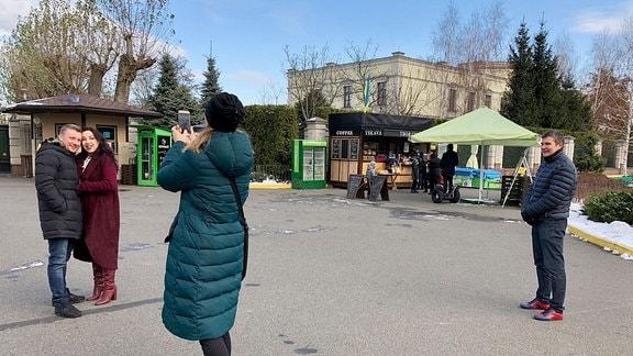 Menschen machen Fotos vor dem Eingang zum Janukowitsch-Anwesen.