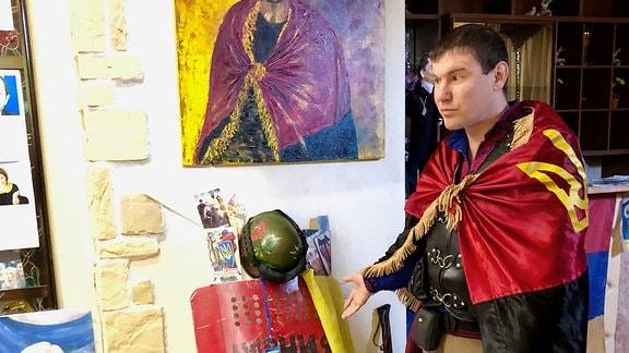 Ein Mann mit einem roten Umhang