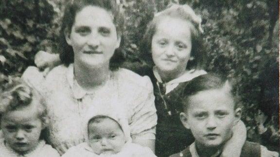 Famileinfoto der Holocaust-Überlebenden-Familie von Moshe Tirosh in Dzierzoniow, Polen, 1947.