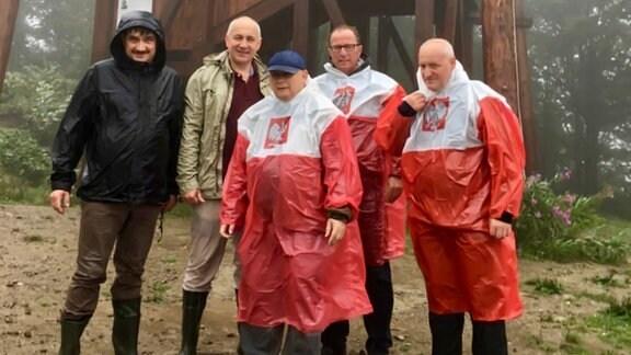 Jaroslaw Kaczynski, Joachim Brudzinski und Kollegen im weiß-roten Regenmantel