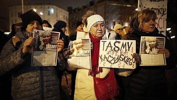 Frauen demonstrieren mit Plakaten in der Hand.