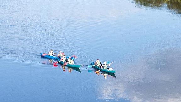 Kanufahrer auf einem Fluss im Nationalpark Dzukijos, Litauen.