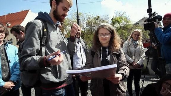 Menschen mit Papieren auf einer Straße