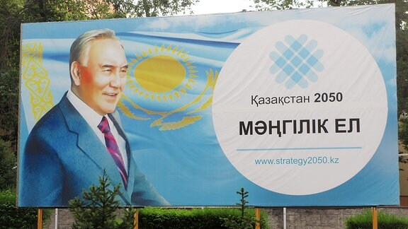 """Werbebanner von kasachischen Präsidenten Nursultan Nasarbajew für seine Modernisierungsstrategie """"2050"""". Aufgenommen in Almaty (Kasachstan)."""