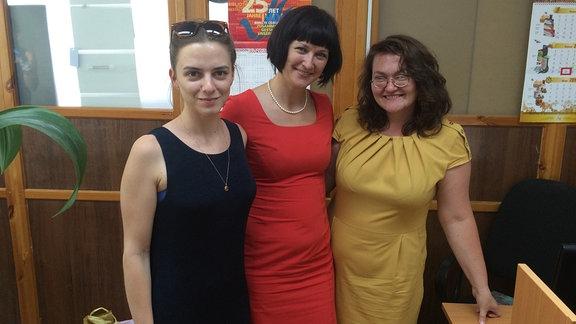 Julia Boxler, Chefredakteurin Olesja Klimenko und eine weitere Frau