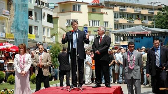Dr. Georgi Parvanov (Mitte, BUL/Staatspräsident) anlässlich des Rosenfestes in Kazanluk.