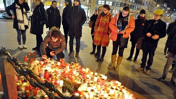 Kerzen in Prag zum Gedenken an den ermordeten slowakischen Journalisten Jan Kuciak.