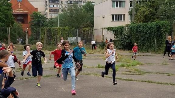 Rennende Kinder in Neubauviertel