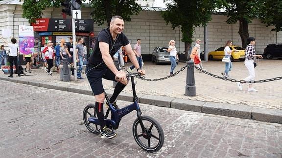 Vitali Klitschkow auf dem Rad in Kiew.