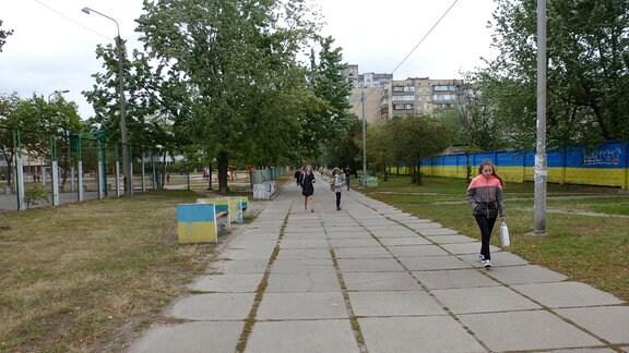 Spaziergänger auf einem Gehweg.