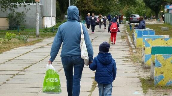 Spaziergänger auf einem Fußweg.