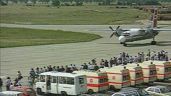 ein Flugzeug und zahlreiche Krankenwagen