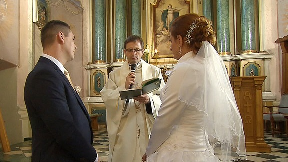 Paar läßt sich in polnischer Kirche trauen.