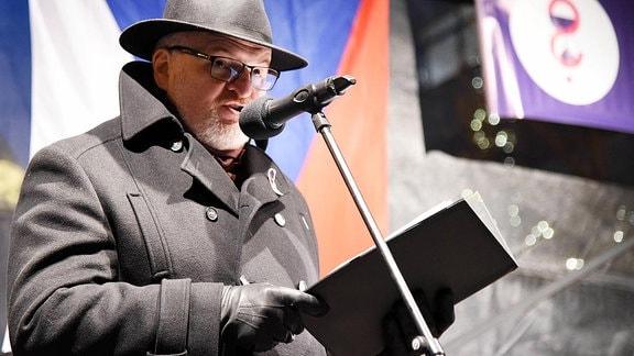 Der ehemalige Kulturminister Daniel Herman eröffnet eine Gedenkveranstaltung.