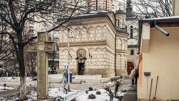 Bukarester Ingenieur Eugeniu Iordachescu mit einem Bild, auf dem von ihm versetzten Sankt-Nikolaus-Kirche in Bukarest zu sehen ist