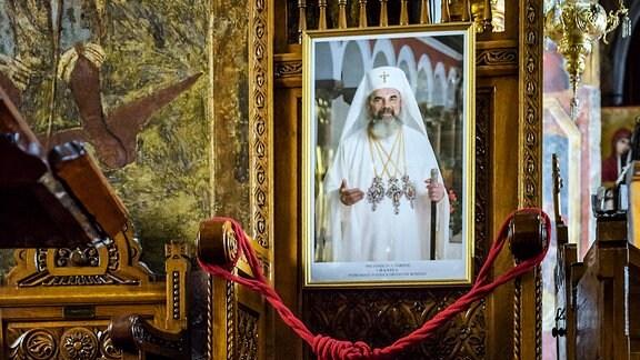 """Im Inneren der """"Olari""""-Kirche in Bukarest ein Bild des rumänisch-orthodoxen Patriarchen Daniel"""