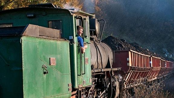 Damplokomotive der Baureihe 83 zieht Kohlewaggons
