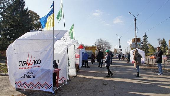 Wahlkampfzelt im Ort Schaschkiw, Ukraine.