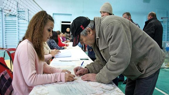 Wähler bei der Registrierung zur Abstimmung in der Kleinstandt Velyka Symerka am 29. Oktober 2017.