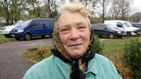 Eine ältere Wählerin im Dorf Scherdowa, Ukraine.