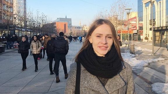 Journalistin Una Hjadari in einer Einkaufsstraße in der kosovarischen Hauptstadt Pristina.