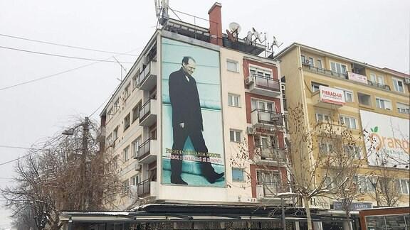 Poster von Ibrahim Rugova, dem legendären albanischen politischen Führer aus den 1990er Jahren, der für die Unabhängigkeit des Kosovo kämpfte.
