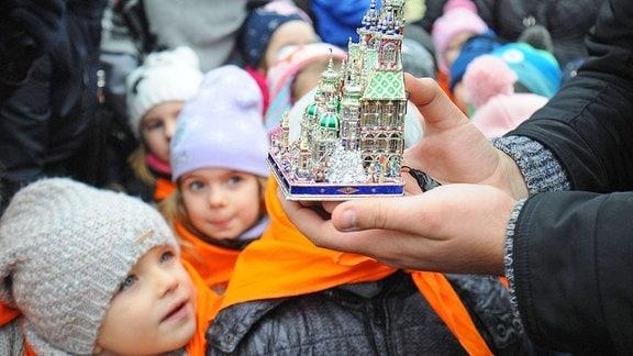 Kinder auf dem Weihnachtsmarkt in Krakau