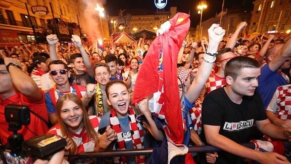 Kroaten beim ausgelassenen Feiern