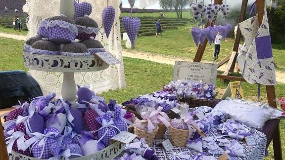Auf einem Tisch sind Produkte mit Lavendel ausgestellt.