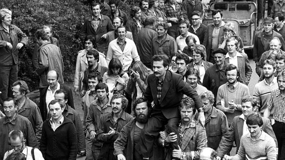 Das Foto vom 30.08.1980 zeigt Arbeiter, die nach der Unterzeichnung des Abkommens mit der Regierung den Streikführer Lech Walesa auf ihren Schultern zur Lenin-Werft in Danzig tragen.