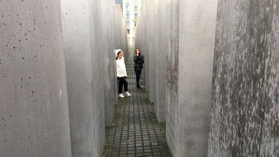 Zwei Mädchen im Holocaust-Mahnmal in Berlin.
