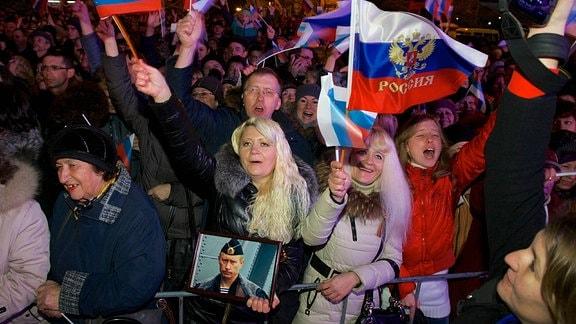Demonstranten feiern 2014 den Ausgang des Rferendums zum Anschluss der Krim an Russland.