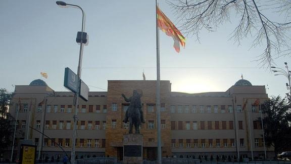 Reiterstandbild, Fahne, Gebäude