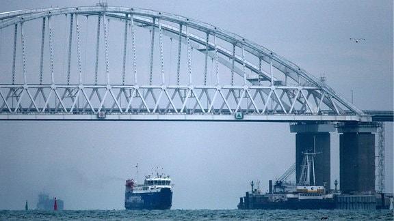 Krim-Brücke führt über die Straße von Kertsch