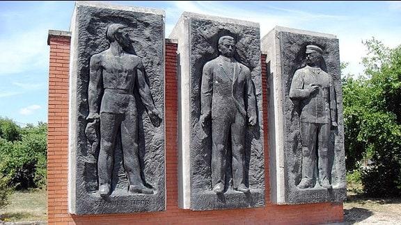 Memento Park Budapest, Frühjahr 2014 - Denkmal mit drei Wandtafeln