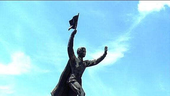 Memento Park Budapest, Frühjahr 2014 - Skulptur auf Sockel: Fahnenträgerin