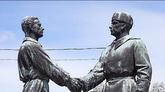 Memento Park Budapest, Frühjahr 2014 - Skulptur: Arbeiter und Soldat reichen sich die Hand