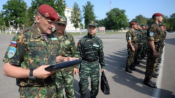 Männer vom Militär beim Morgenappell