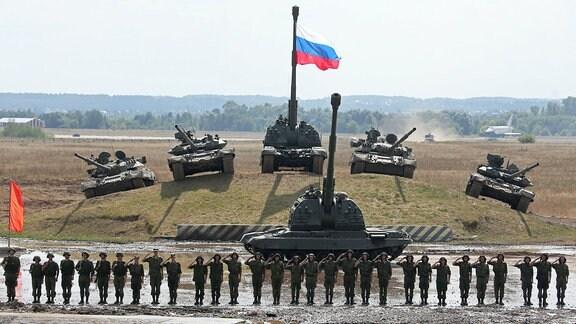 Russische Soldaten und Panzer bei einer Übung in Zhukovsky im August 2014.