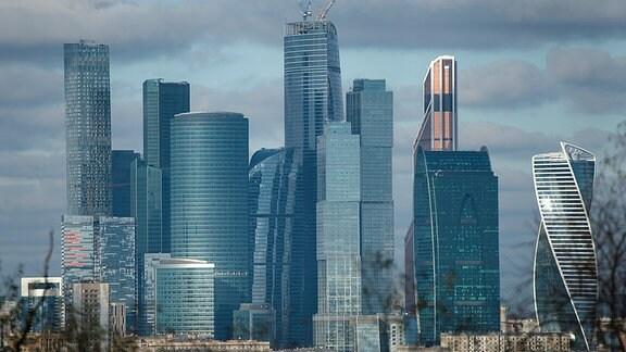 Die Hochhäuser des Geschäftszentrums Moskau City im Abendlicht.