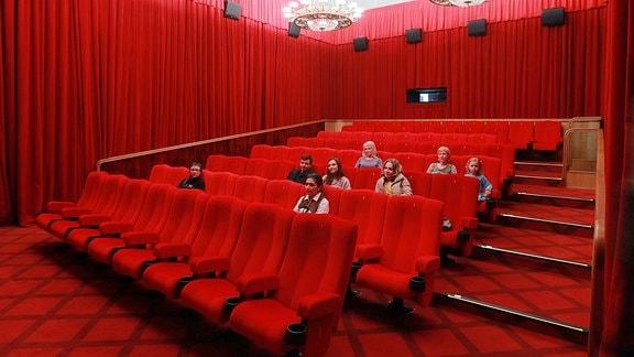 Besucher im Filmtheater im Kaufhaus GUM in Moskau.