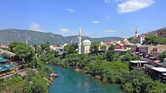 Blick auf den Fluss Neretva in der Altstadt von Mostar, Bosnien.