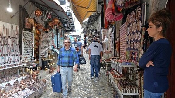 Blick in eine orientalische Gasse mit Andenken-Läden in Mostar, Bosnien.