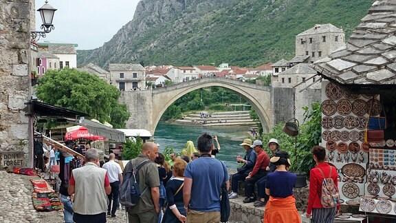 Blick aus der Altstadt von Mostar auf die alte Brücke.