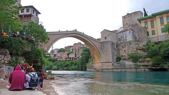 Blick vom Fluss hinauf auf die alte Brücke in Mostar, Bosnien.